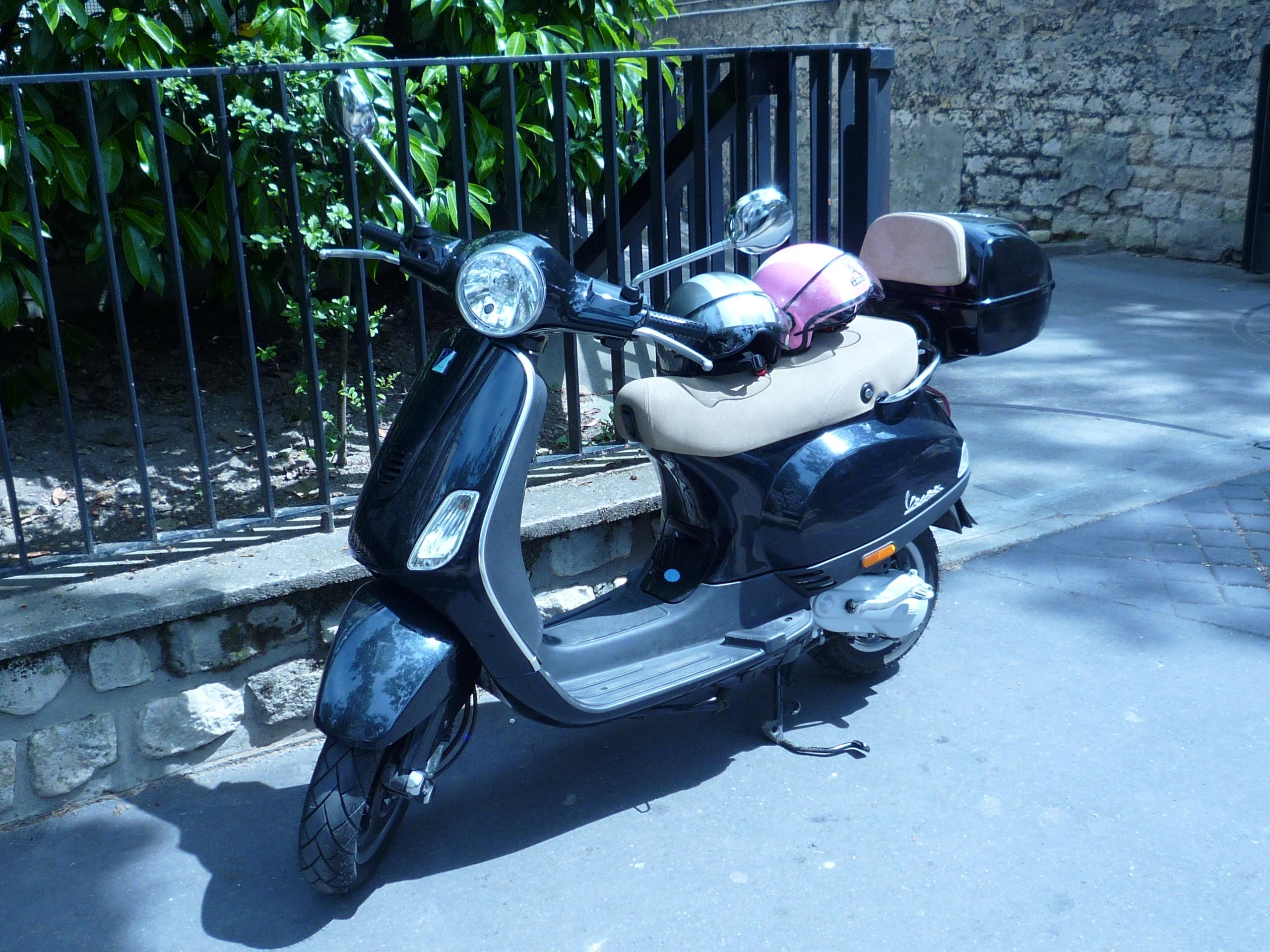 Notre scooter Vespa avec nos casques A Style