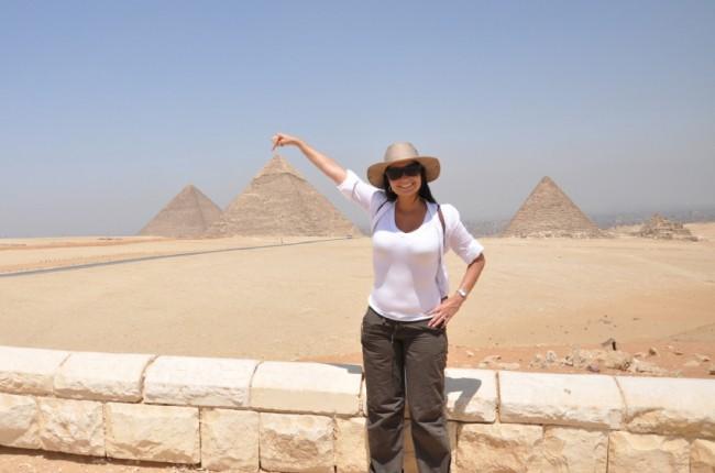 pointer-du-doigt-les-pyramides-de-gizeh